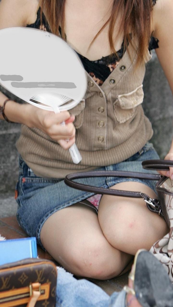 【パンチラエロ画像】大人まで地べた座って見せているw拝み放題の座りチラ(*´Д`)