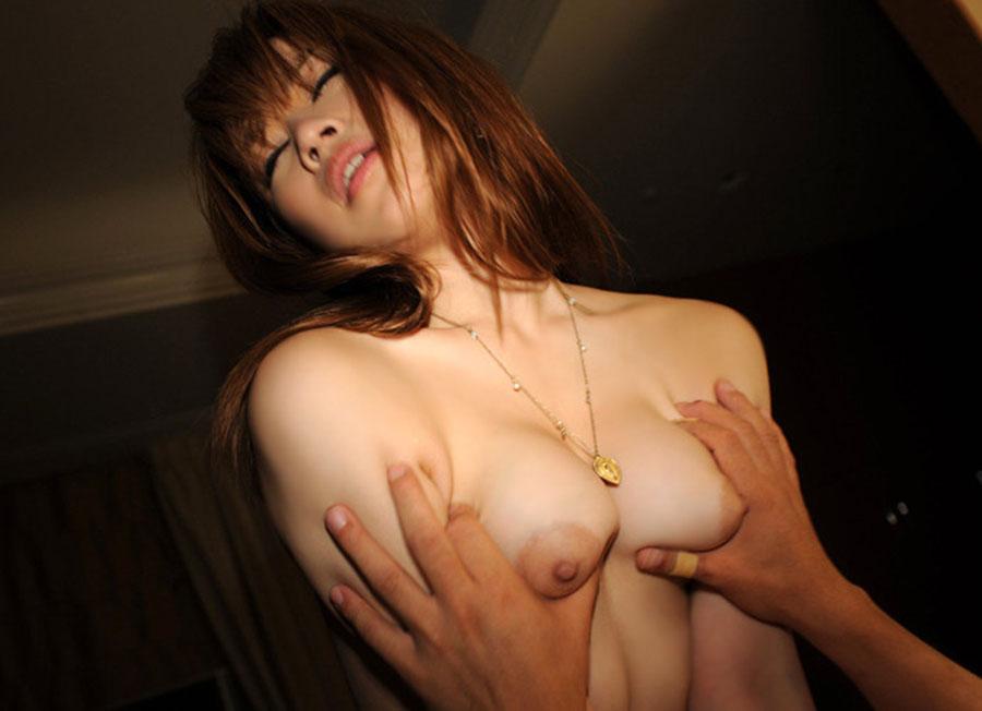 【性交エロ画像】揺れてたら気になりますからw大きな乳揉みながらセックスという贅沢(*´д`*)