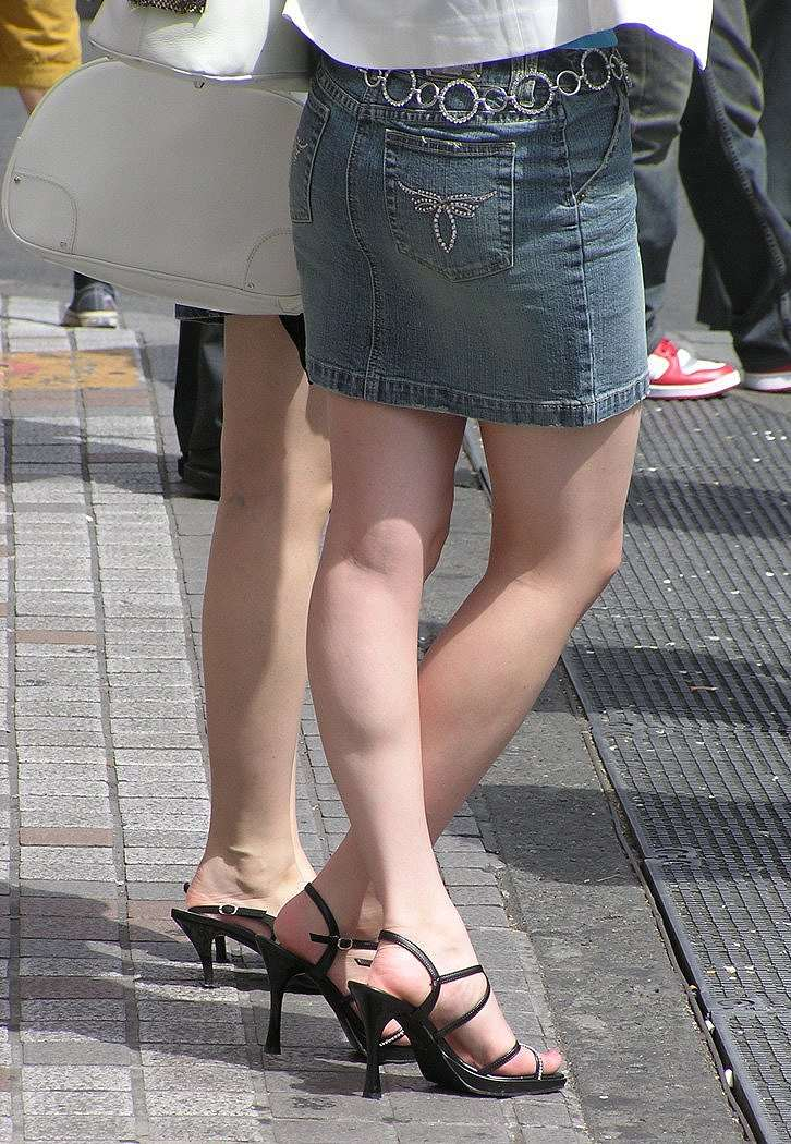 【美脚エロ画像】春の訪れを感じさせるムッチリ…見放題の街角ミニスカ美脚(*´д`*)