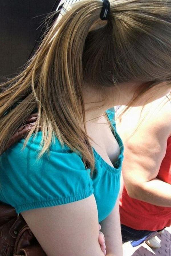 【海外エロ画像】ノーブラのお姉さんだらけw先までよく見える外人さんの胸元(;´Д`)