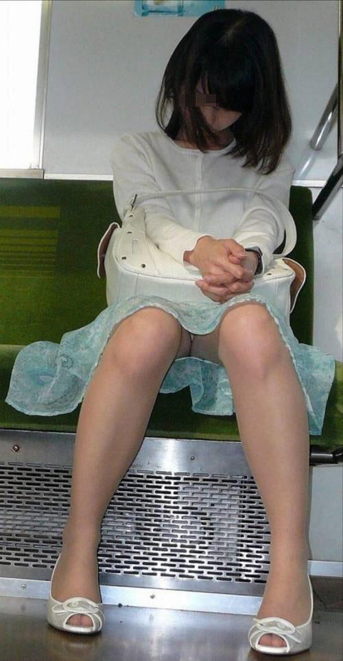 【パンチラエロ画像】お疲れ女子は居眠り多くて…電車の座席で隙だらけパンチラ(;´Д`)