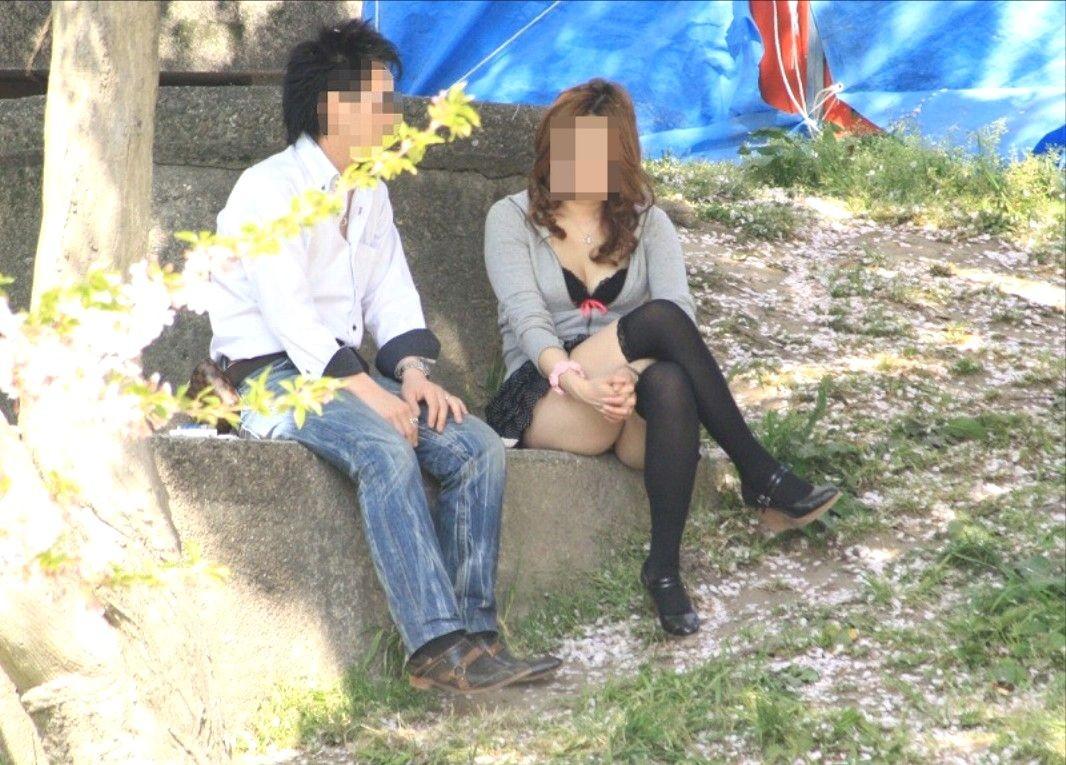 【美脚エロ画像】太もものムッチリが際立つ効果w愛でたいニーソ絶対領域(*´Д`)