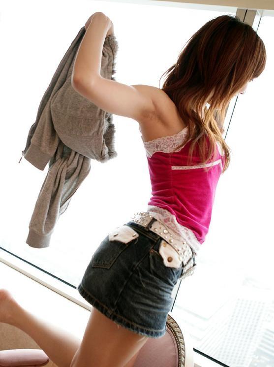 【腋フェチエロ画像】舐めたいです…フェロモン出る場所だから心引く美女の腋下(*´Д`)