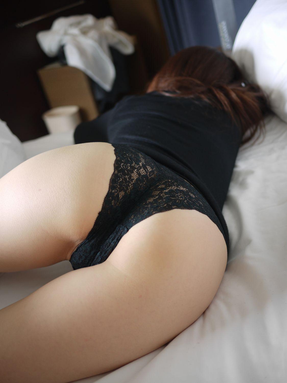 【寝尻エロ画像】どこまでヤれるか!?就寝中の女を脱がせて尻拝み(*´Д`)