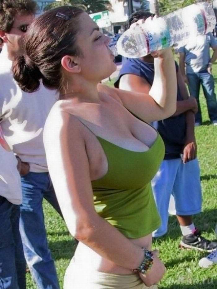 【海外エロ画像】脱がせてもっと凄いか確かめたい!スケール強烈な外人さんの着衣巨乳(*´д`*)