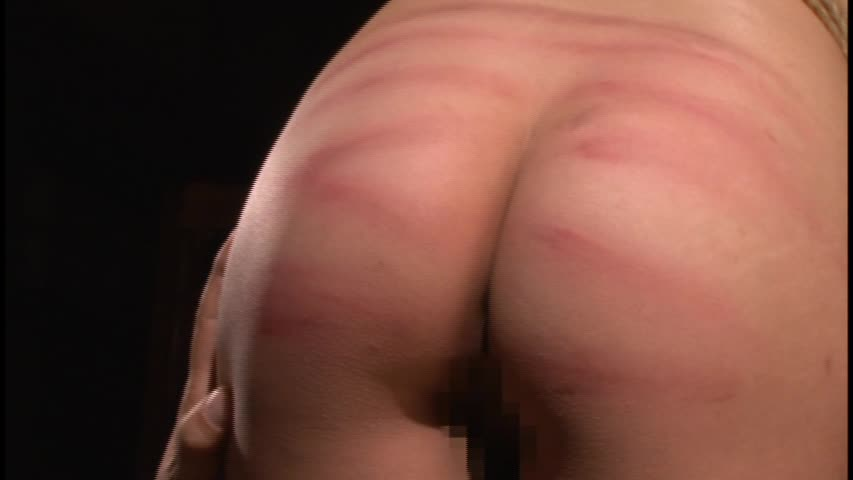 【お尻エロ画像】見事に真っ赤…凄く痛々しいスパンキングの餌食になったお尻(゜ロ゜ノ)ノ