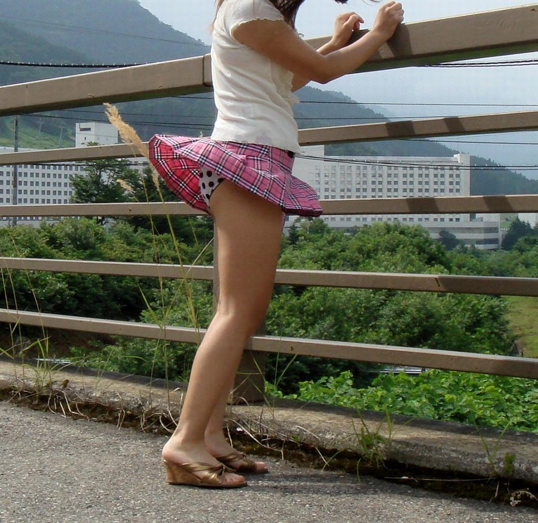 【パンチラエロ画像】天気予報見てても予想はできない突然の風パンチラ(*´Д`)