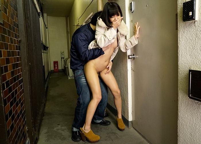 【エロ動画】人が来ちゃう!無茶ぶり連発の露出指令に美少女パニック!(*゚∀゚)=3 02