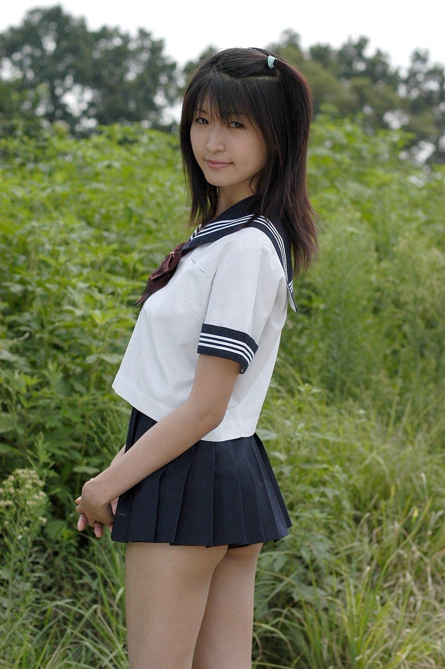 【制服エロ画像】君達まさか!?履いてないように見せた制服娘の横尻(*´д`*)
