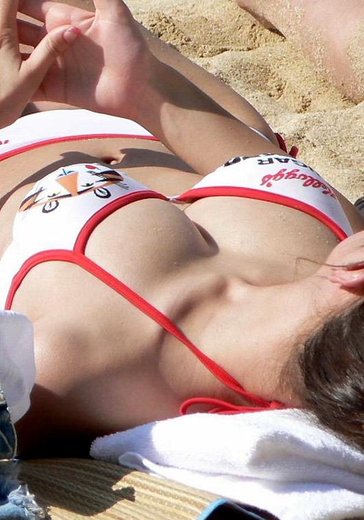 【水着エロ画像】零れないかな…淡い期待を常に持たせるビキニギャルの乳(*´Д`)