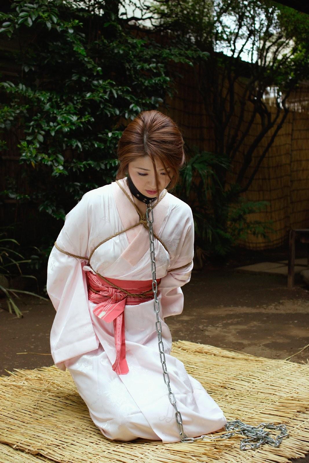【調教エロ画像】かけられた時点で服従w首輪に繋がれ躾けられた真性M女(;´Д`)