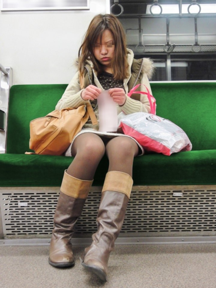 【美脚パンチラエロ画像】見えなくても美脚で妥協w電車内の隙ありミニスカ観察(*´Д`)