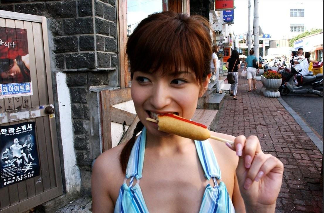 【飲食エロ画像】口に出して言えない疑似フェラなんて…思わせぶりな美女の飲食の舌遣い(;´Д`)