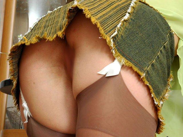 【ノーパンエロ画像】パンチラのつもりが…ワレメパックリなノーパン女子(*´Д`)