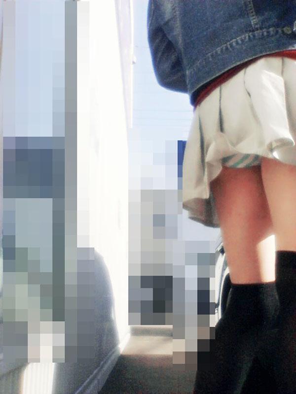 【パンチラエロ画像】早く気付かないと…誰も教えないパンツ丸見え女子(;´Д`)