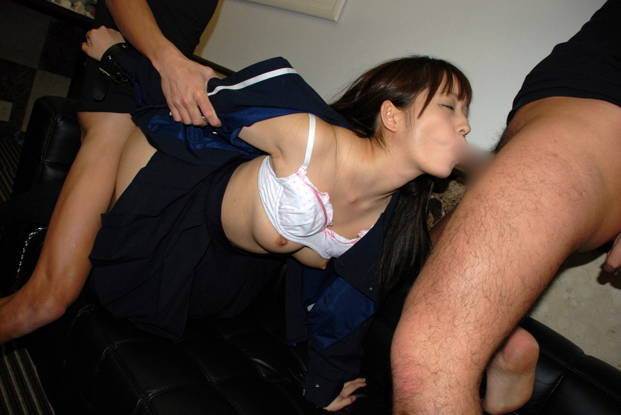 【3Pエロ画像】どうか噛まないで…不慣れならさせ辛い上下串刺しプレイ(゜ロ゜ノ)ノ