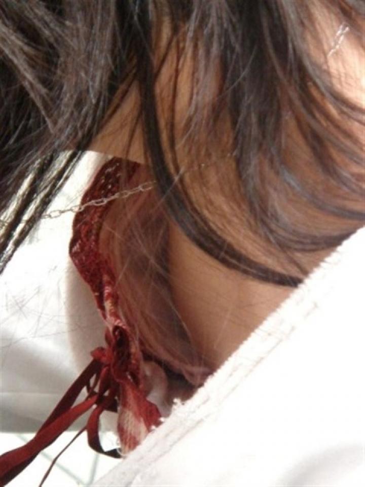【胸チラエロ画像】単なる胸チラじゃなかった…ウマすぎの乳首見えた瞬間(;´Д`)