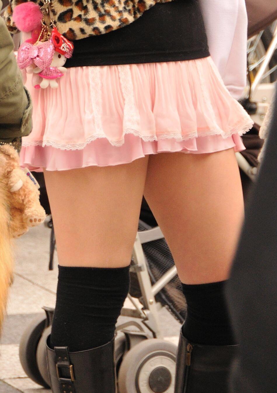 【美脚エロ画像】太ももが輝いて見えるwまさに絶対領域なニーソの美脚(*´Д`)