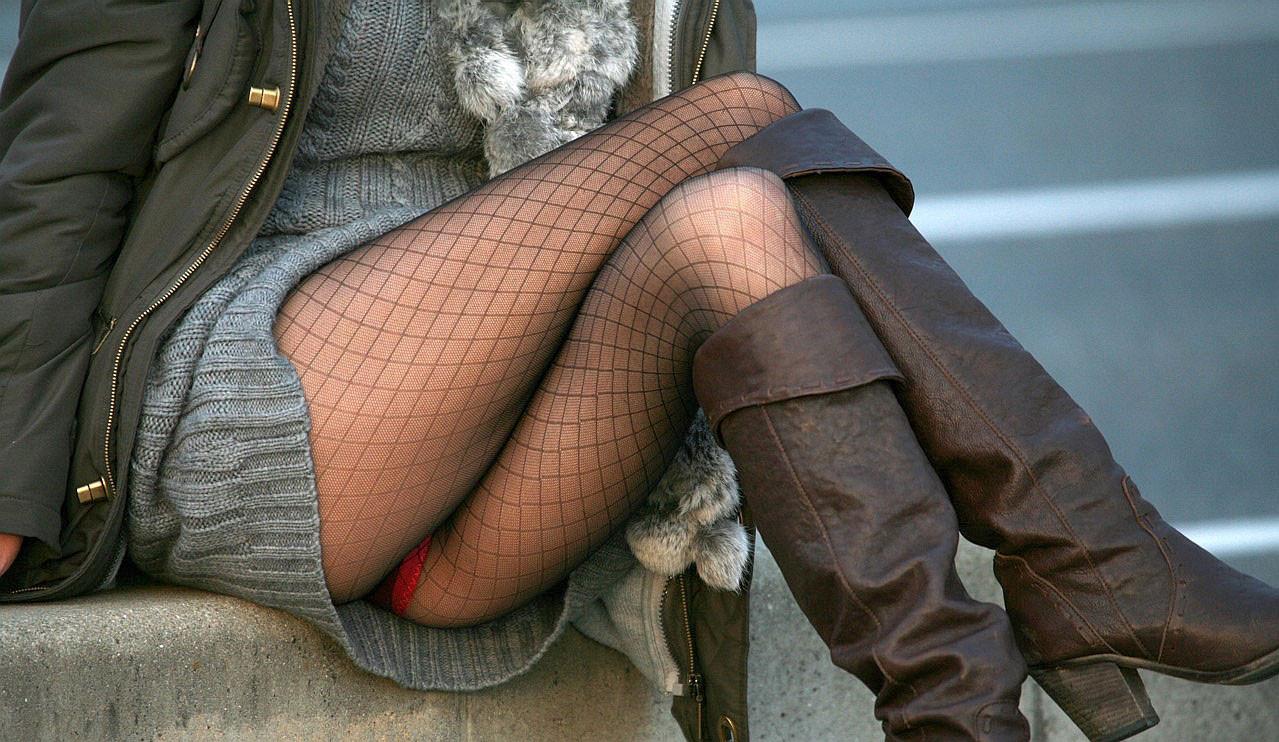 【下着エロ画像】パンストとは違うのだよ!ムッチリ美脚の際立つ網タイツ(*´Д`)