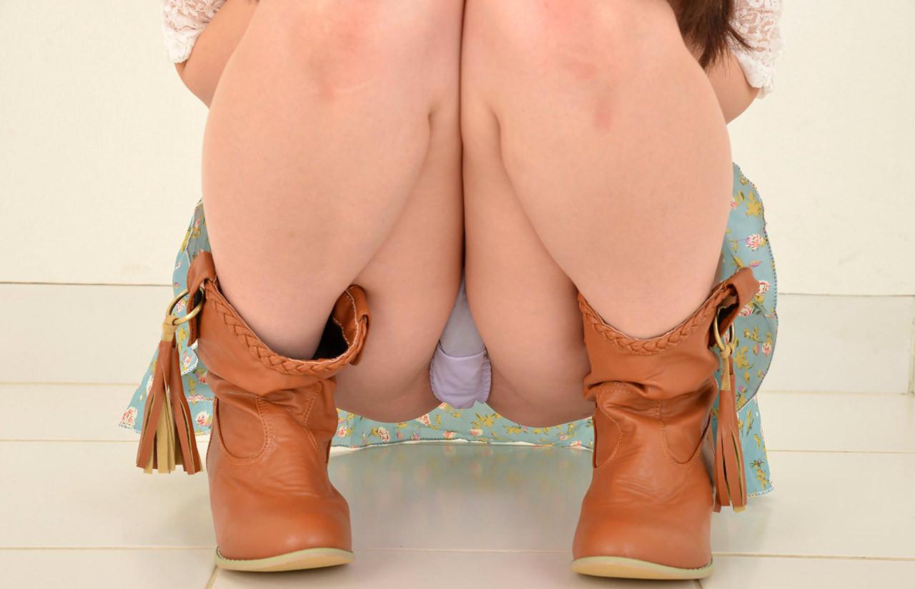 【股間エロ画像】脱がせる前に香りを嗜みたいw淫靡な気配を感じる女の子股間に接近(;´Д`)