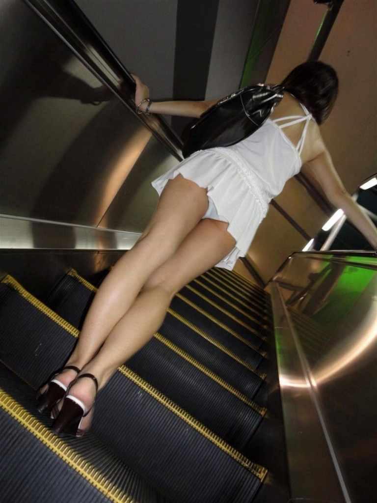 【パンチラエロ画像】寛ぎながら見上げてみたいローアングルの下着とムチ尻(;´Д`)