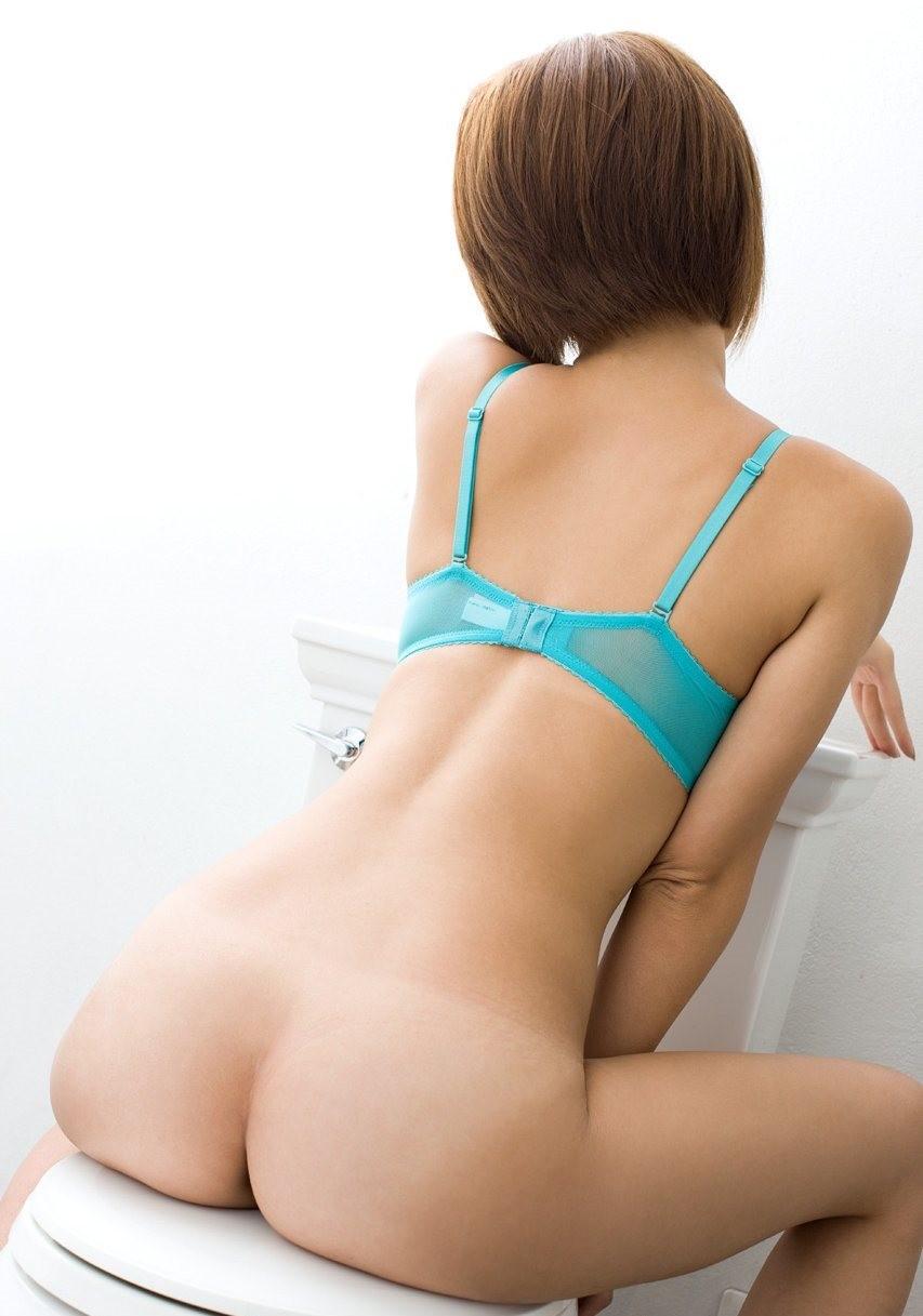【羞恥エロ画像】一度は見たい放尿…アポなしで女子のトイレに突撃(*´Д`)