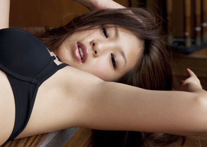 【腋フェチエロ画像】芸能人だからツルツル!きっと舐め頃な腋下に大接近(;´Д`)