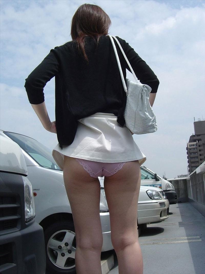 【パンモロエロ画像】今夜はOKのサイン?スカートたくし上げて下着丸出しなお姉さん(;´Д`)