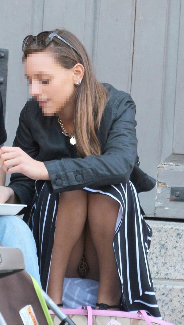 【パンチラエロ画像】簡単すぎ外人さんのパンチラw食い込みまでバッチリ(*´Д`)