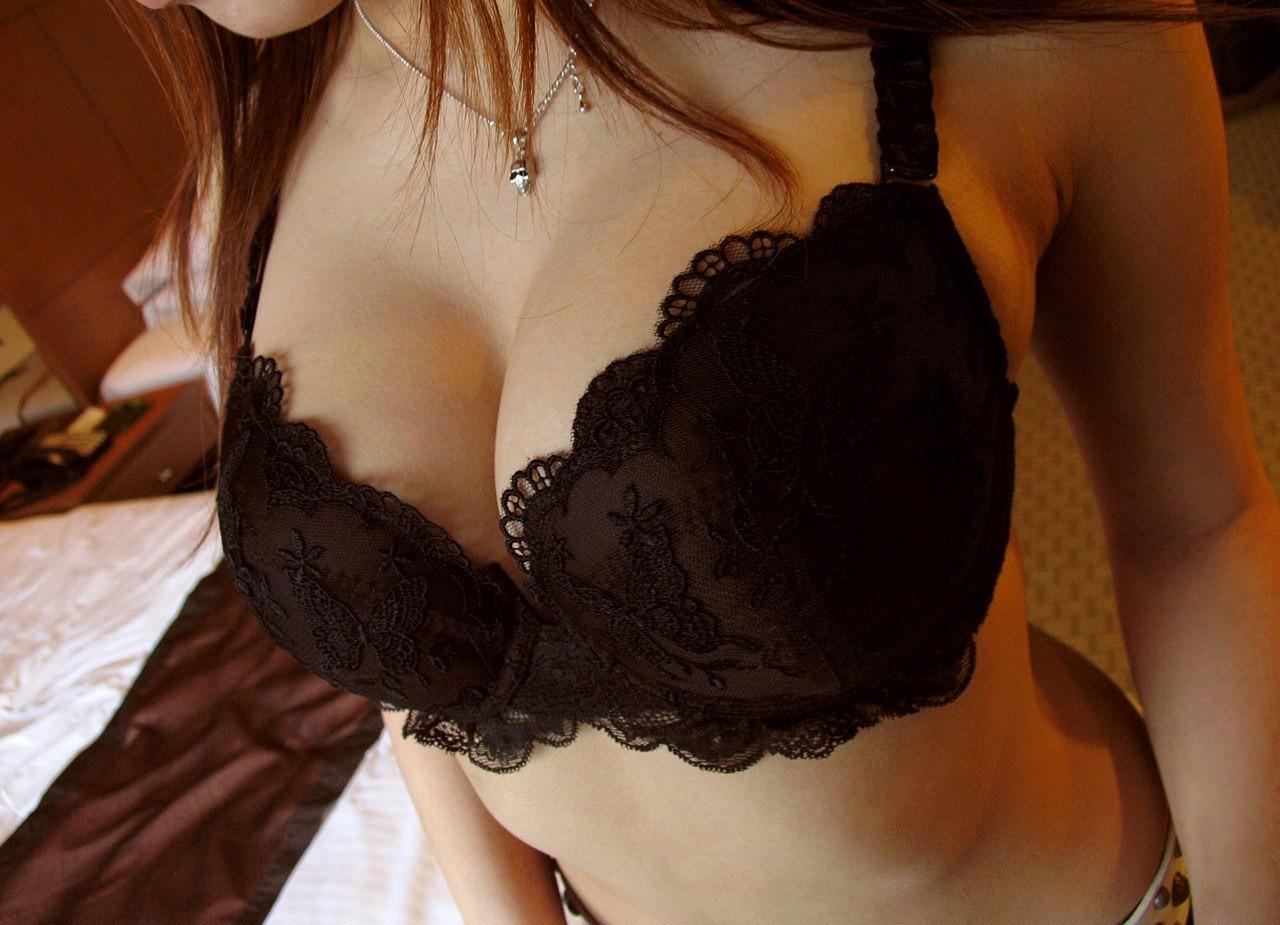 【巨乳エロ画像】乳輪がフライング気味な事もある巨乳ちゃんのブラ姿(;´Д`)