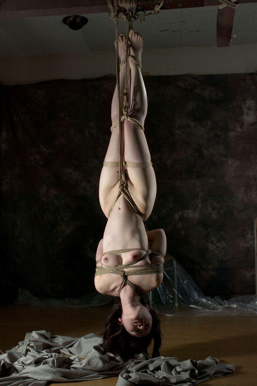 【SMエロ画像】体に負担が分散されているので辛すぎはせず!の宙吊り緊縛M女(゜ロ゜ノ)ノ