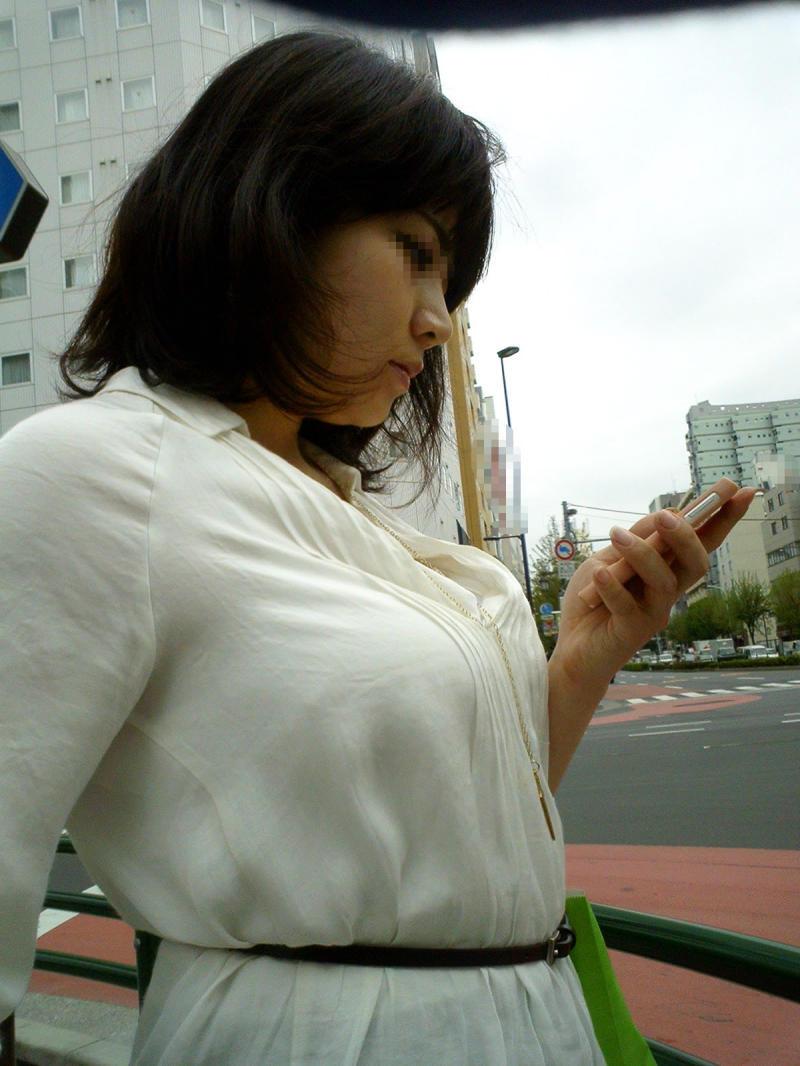 【街撮りエロ画像】隙だらけ!携帯に夢中な女子から感じるエロス色々(*´д`*)