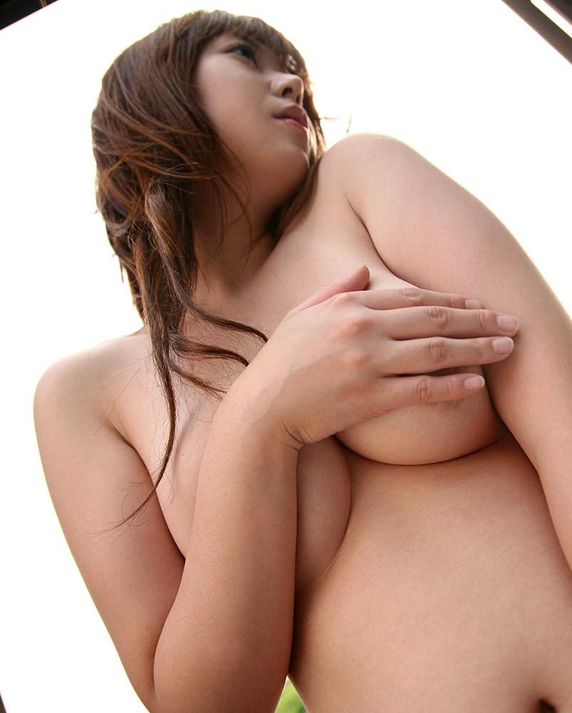 【手ブラエロ画像】あと少しなのに…見えない事に焦らされる巨乳手ブラ(*´Д`)