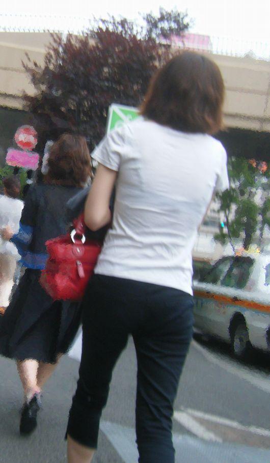 【透けブラエロ画像】脱がさなくてもできるホックとカップのチェック!街の透けブラ追跡(;´Д`)