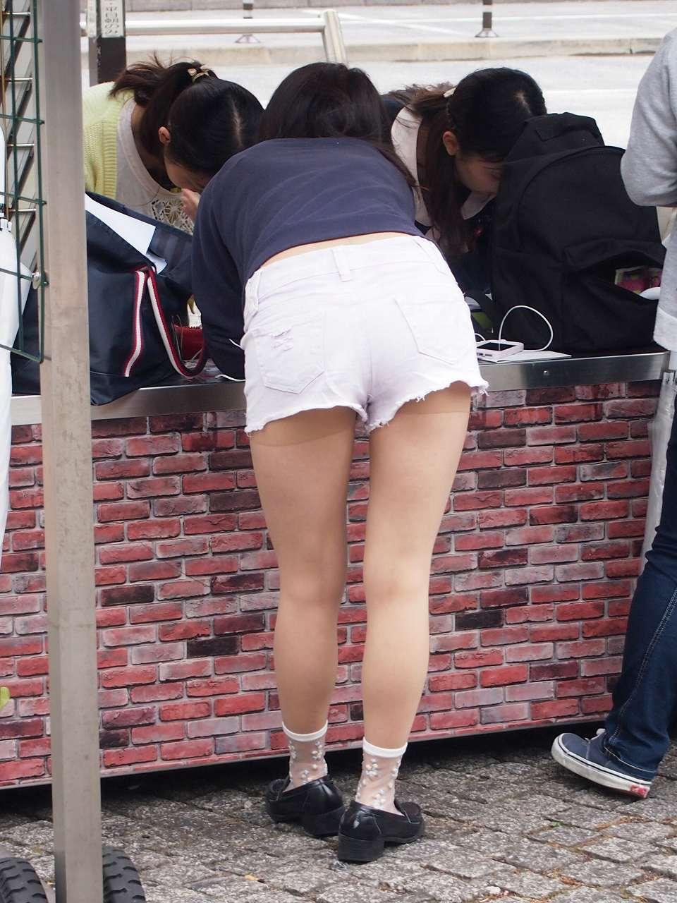 【美脚エロ画像】ミニよりイイって意見もwショーパン女子の限界まで見えた美脚(;´Д`)