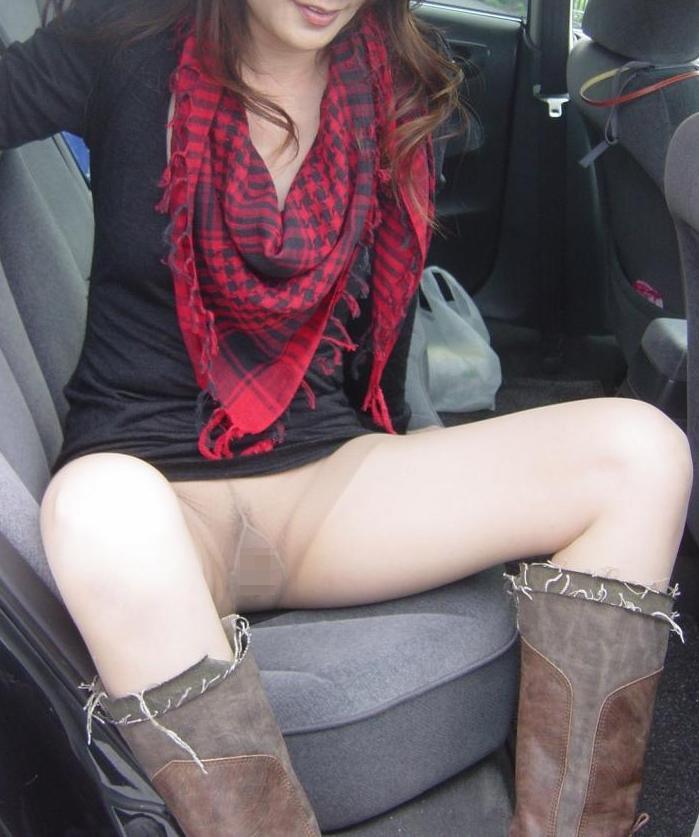 【露出エロ画像】運転を邪魔する隣の存在…車内で脱ぎ出す困った人達(*´Д`)
