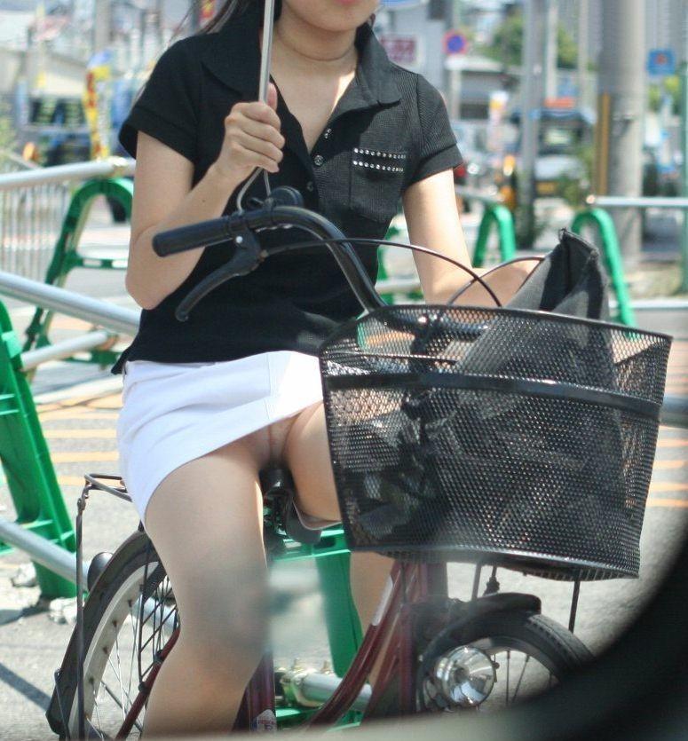 【パンチラエロ画像】狙うは通学!自転車に乗ったミニスカ娘の丸見え下着(*´Д`)