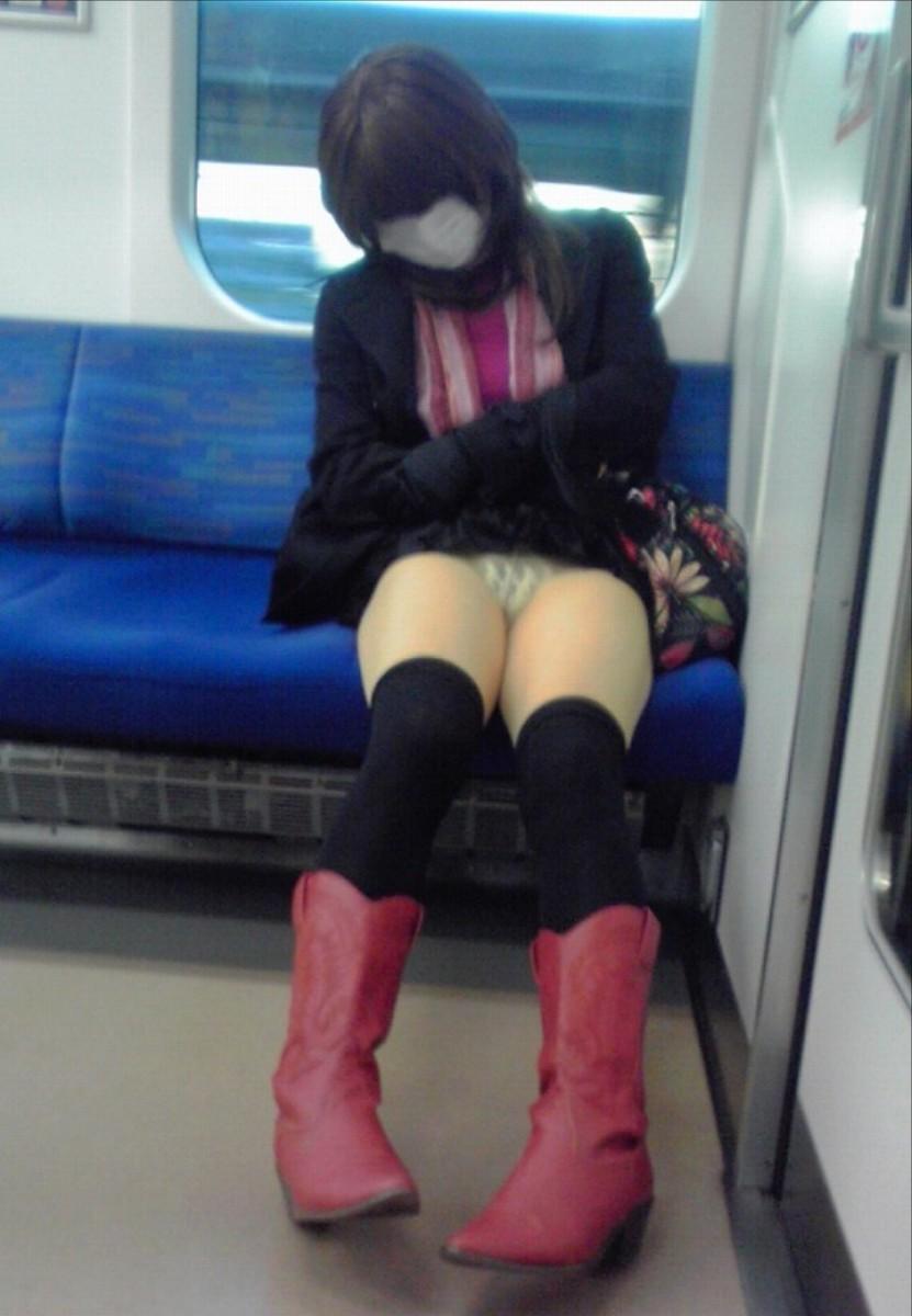 【パンチラエロ画像】見えるまで粘る!忍耐が実を結んだ電車対面チラ(*´д`*)