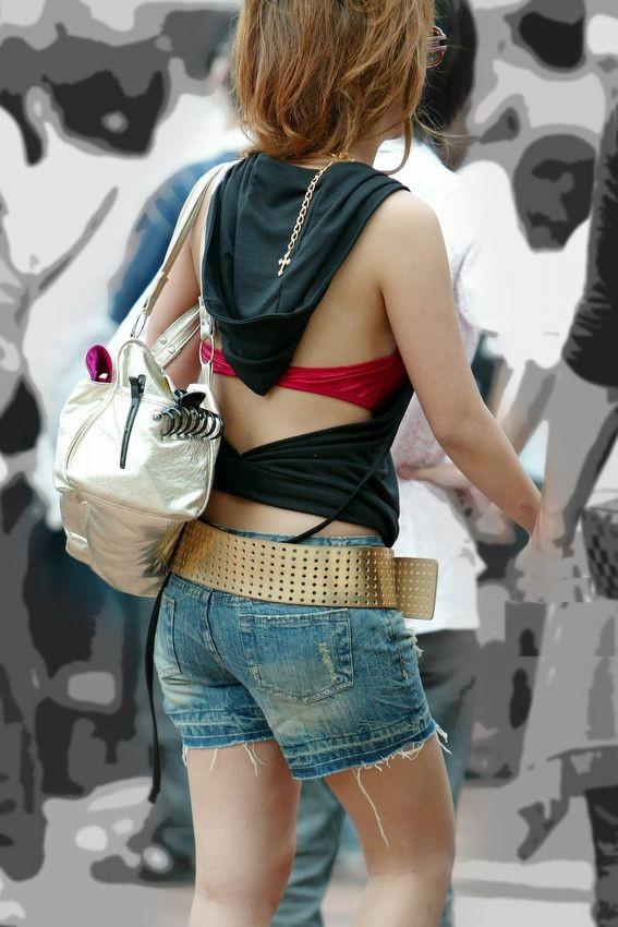 【ギャルエロ画像】たまにブラ紐がないw大胆ギャルの背中丸出しファッション(;´Д`)