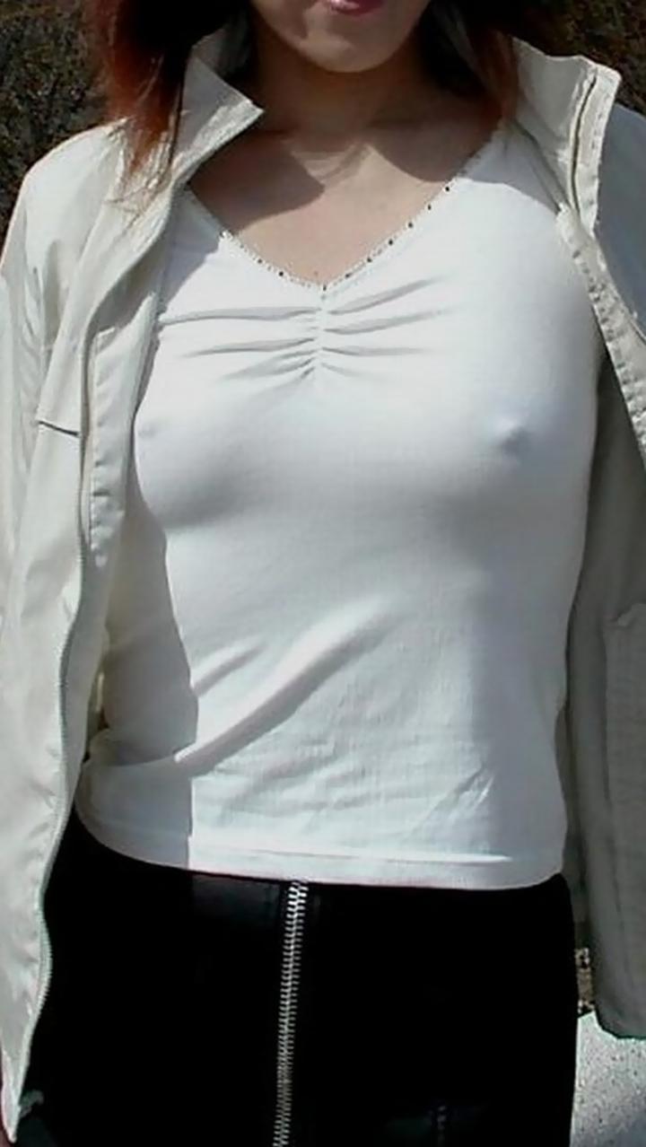 【ノーブラエロ画像】あいつ…ポチってやがる!何故に平気な乳首丸判りノーブラ女(;´Д`)