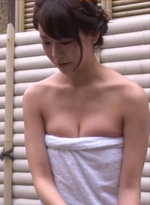 元No.1ホステス神室舞衣が温泉入浴で胸チラ