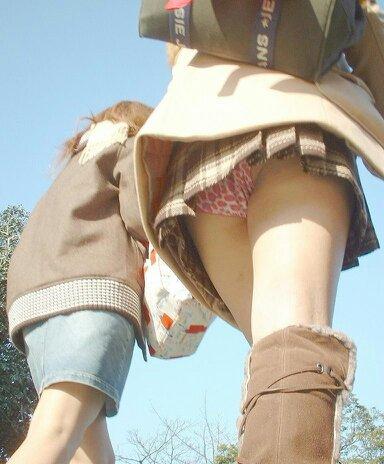 【パンチラエロ画像】隙が出来たら即狙い撃ち!見逃してもらえなかったミニスカチラ(*´д`*)