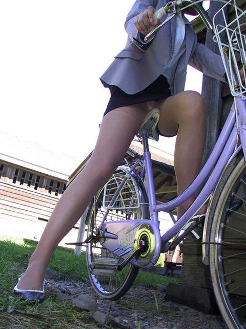 【OLエロ画像】サドルに巨尻、正面からはチラリ…油断ならない自転車OLたち(;´Д`)