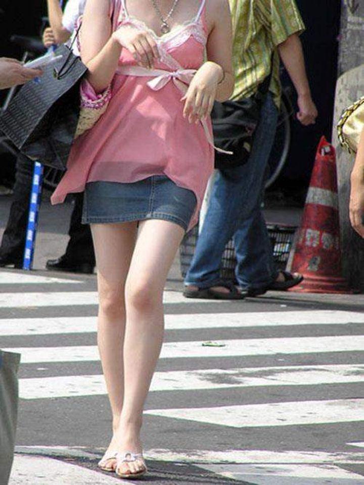 【美脚エロ画像】パンストもニーソも不要!やっぱり生で味わいたい美脚撮り(;´Д`)