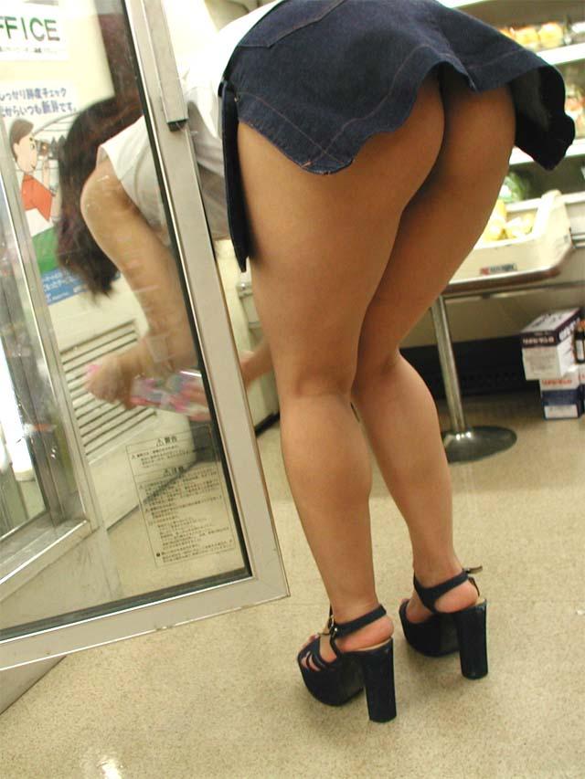 【露出エロ画像】店員さんこっちです!店の迷惑も考えない不届きな露出魔たち(*´Д`)