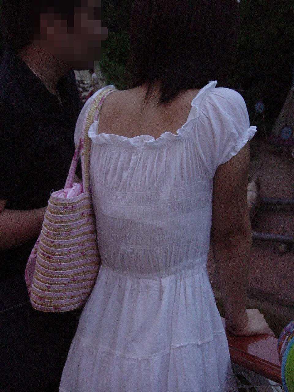 【透けブラエロ画像】GWの夏日のお楽しみ…じっとり汗ばんだ背中の透けブラ無差別撮り(*´Д`)