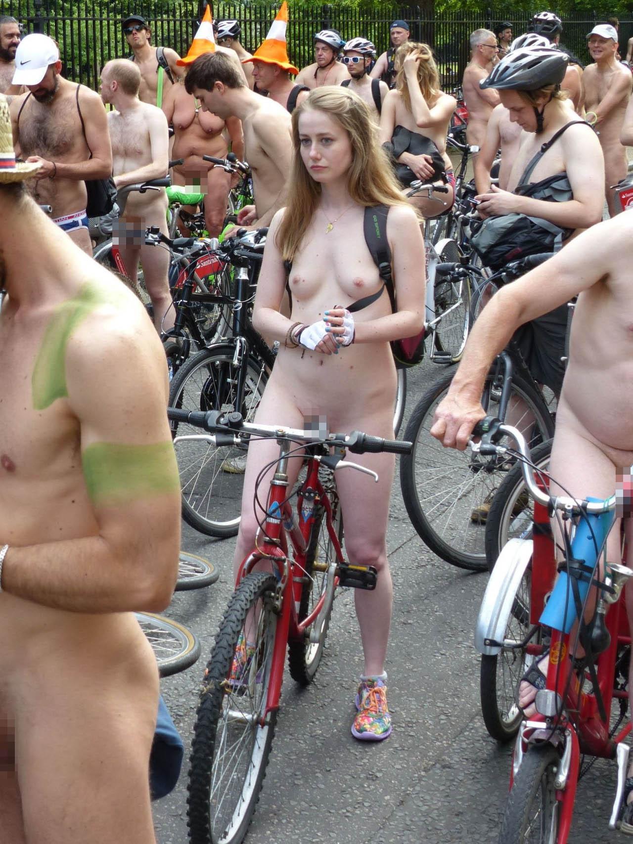 【海外エロ画像】皮被り多くて少しホッとした…メインは女体と忘れちゃならない全裸自転車大会(;´∀`)