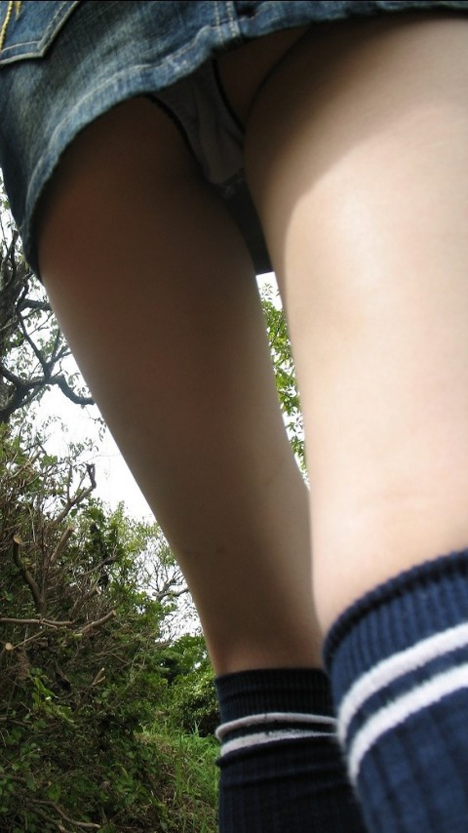【パンチラエロ画像】脚に目あれば便利?全てはミニスカ下着を覗くため(;´Д`)