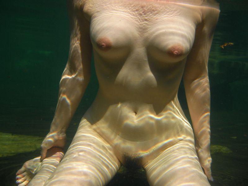 【水中女体エロ画像】涼しむつもりが逆に熱くなっちゃう水に沈んだ裸女(*´д`*)