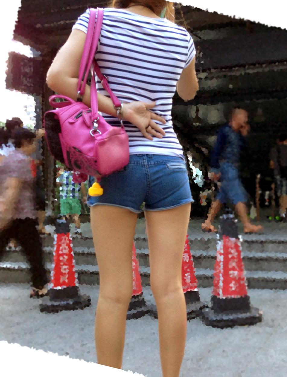 【着尻エロ画像】ホントにいますw街角で尻肉ハミ出しホットパンツ素人(;´Д`)